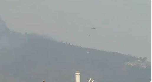 शिवपुरीको जंगलमा लागेको आगो निभाउन हेलिकोप्टरबाट पानी खन्याईदै